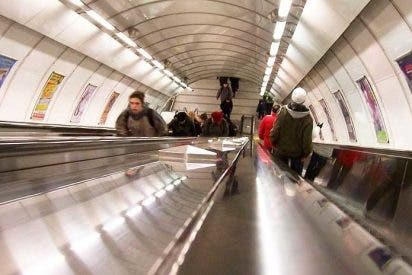 El tonto muy tonto que se desliza por la escalera mecánica del metro de Londres y su doloroso batacazo se hace viral