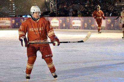 Putin muestra sus habilidades de hockey en la pista de hielo de la Plaza Roja