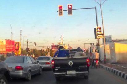 Así escapó, por los pelos, esta motorista, de terminar aplastada por un camión en Tailandia