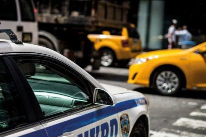 Pensó que era un taxi y se subió a un coche patrulla con mil cigarrillos de marihuana