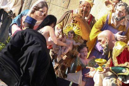Una activista intenta llevarse el Niño Jesús del belén del Vaticano