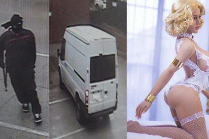 El vídeo del enmascarado robando la muñeca sexual más cara del mercado