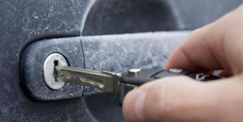 ¿Sabes cómo descongelar la cerradura del coche ahora que llegan las heladas?
