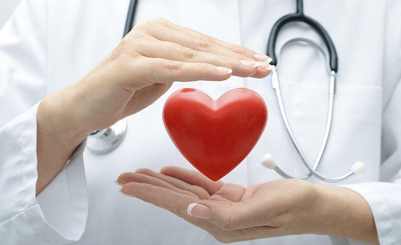 Las mujeres mueren por enfermedades del corazón más que por cáncer; los hombres, lo contrario