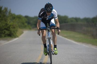 [VIDEO] Este ciclista viaja por una autopista a 90 km/h