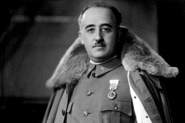 Sánchez prohíbe a la familia Franco cubrir el féretro con una bandera de España