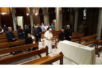 El Papa reza en la Curia jesuita por Ángel Mura