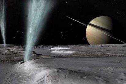 La luna 'Encélado' y sus géiseres, con los anillos de Saturno