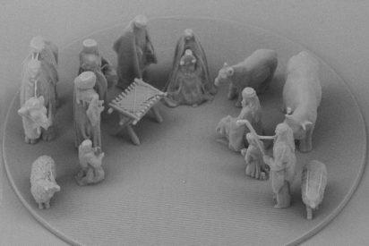 Lituania regala a Francisco un pesebre microscópico