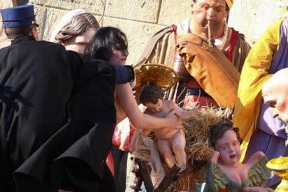Una activista de Femen intenta llevarse el Jesús del belén del Vaticano