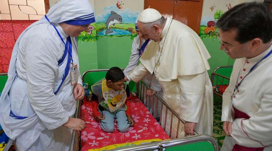 Al Papa se le encoge el corazón ante los niños huérfanos de Bangladesh