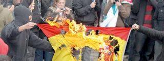 Así le parten la cara a un independentista por quemar una bandera de España