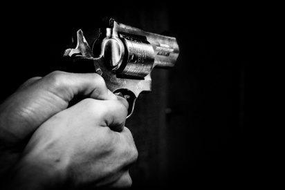 [VIDEO] Un policía mata de varios disparos a un exagente que portaba un arma