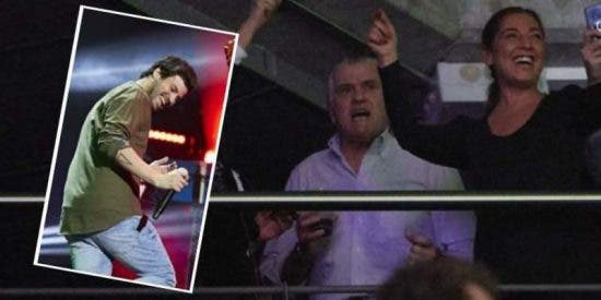 Luis Bárcenas intenta olvidar penas judiciales en el concierto de Taburete, el grupo de su hijo Willy