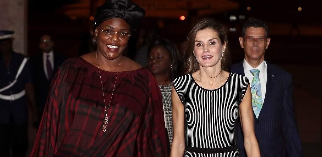 Doña Letizia rescata su vestido hipnótico a su llegada a Senegal