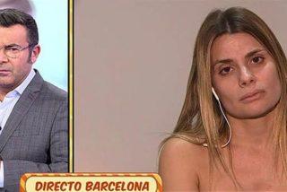 María Lapiedra se da un masaje medio desnuda mientras habla de su amante en 'Sálvame'