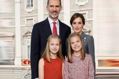 Así es la solemne y sobria foto de felicitación de Navidad de Los Reyes y sus hijas