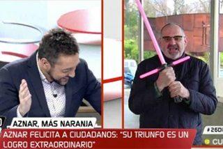 El 'friki' Antón Losada quiere ser como Rufián y vuelve a sacar su espada láser rosa
