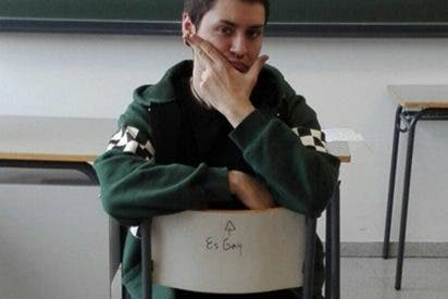 """Le escriben en su silla del instituto """"es gay"""" y su respuesta sorprende a todos"""