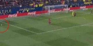 Leo Messi marcó su gol al Villarreal con dos balones sobre el césped