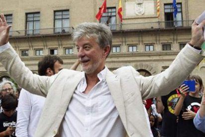 Varias personas recriminan al alcalde de Zaragoza que no aplauda tras el minuto de silencio en memoria de Víctor Láinez
