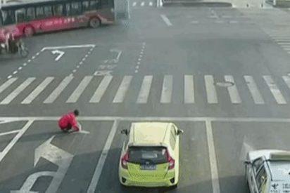 Detienen a este hombre por pintar sus propias señales en la carretera para evitar el atasco cada mañana