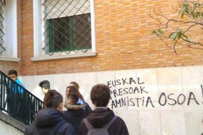 La repugnante pintada a favor de ETA en un instituto tras la charla de una víctima del terrorismo