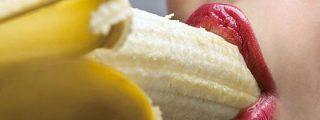 Una mujer comiéndose un plátano