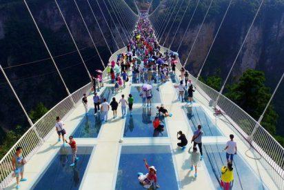 Los chinos inauguran el puente de cristal más largo del mundo