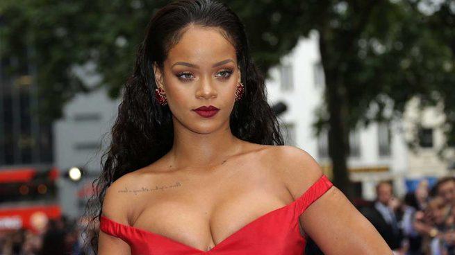 Salen a la luz fotos inéditas de Rihanna en topless