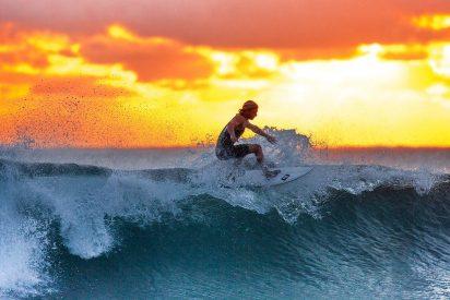 [VIDEO] Así fue el angustioso rescate de dos surfistas atrapados en olas de más de 20 metros
