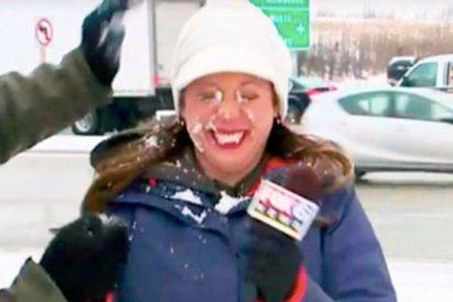 [VIDEO] Esta reportera recibe un bolazo de nieve en toda la cara antes de entrar en directo