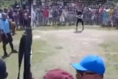 [VIDEO] Este 'chiflado peligroso' celebra los goles de su equipo disparando un Kaláshnikov