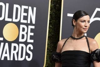 Caitriona Balfe sorprende con un anillo de compromiso en la alfombra de los Globos de Oro