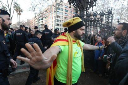 Los Mossos se dejan arrollar por un puñado de fanáticos independentistas y hacen otra vez el ridículo