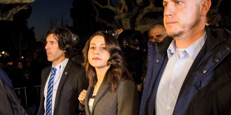 Enorme lección de dignidad de Inés Arrimadas ante los exaltados independentistas que la insultaban
