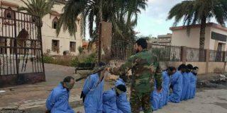 Libia: El despiadado fusilamiento con un AK-47 de diez terroristas islámicos
