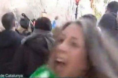 """El """"Auuu, auuu"""" de una reportera de La Sexta al ser agredida ante el Parlament catalán"""