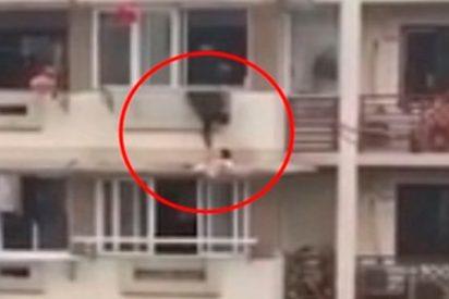 Este hombre arriesga su vida para impedir que una niña caiga de un tercer piso