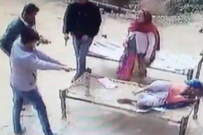 Así asesinan a tiros a una indefensa anciana en la puerta de su casa en la India