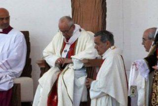 El obispo que empaña la visita del Papa a Chile