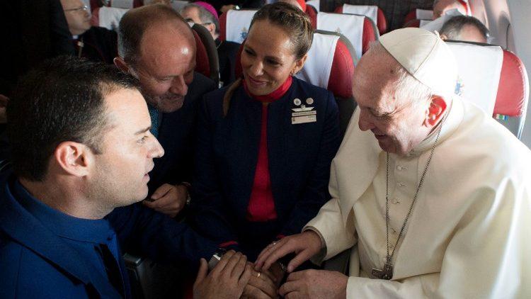 Francisco celebra una boda... ¡en el avión papal!