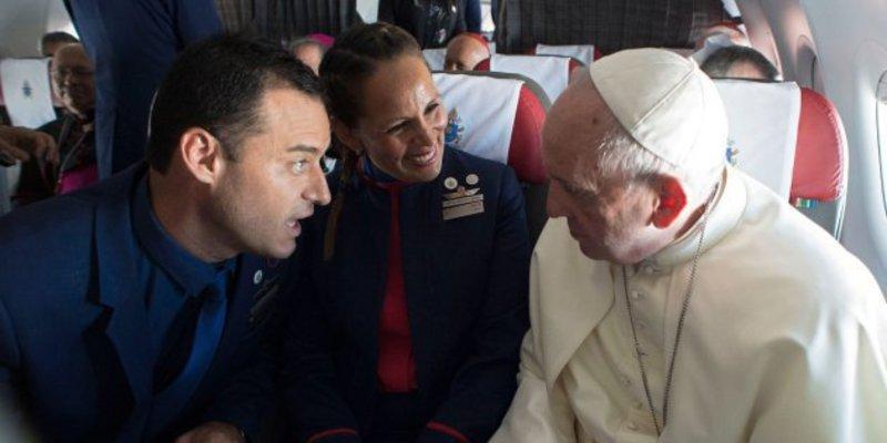 El Papa Francisco casa en pleno vuelo a una pareja de tripulantes del avión que le llevaba a Perú