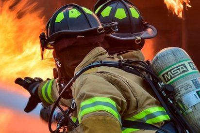 ¡Impresionante!: Este bombero atrapa con sus brazos a una niña que caía de un balcón en llamas