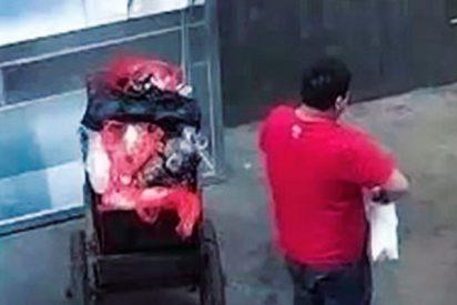Graban a este desalmado tirando a su bebé a un contenedor de basura