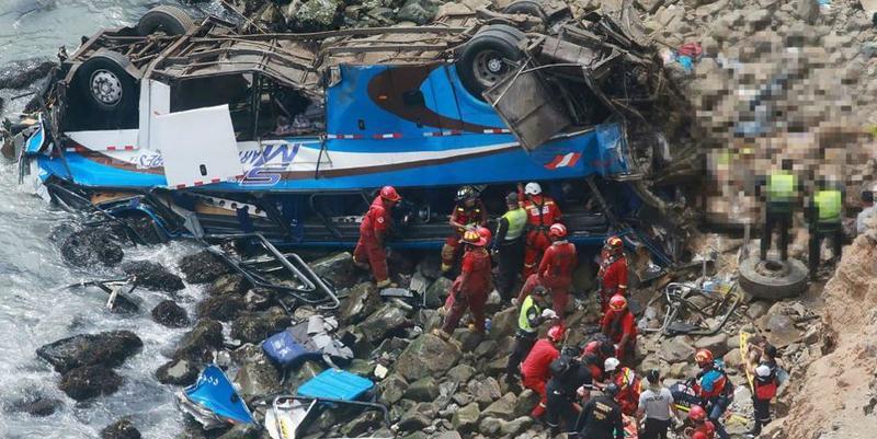 Al menos 48 muertos al caer un autobús por un acantilado en Lima
