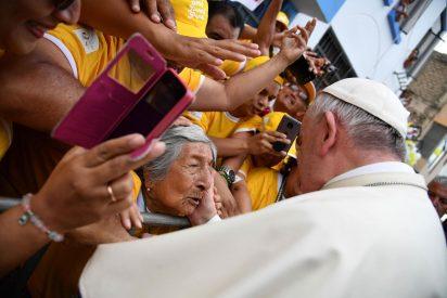 El Papa rompe el protocolo para saludar a una anciana ciega