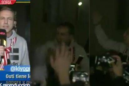 El provocador Cristóbal Soria se mofa de 'Serresiete' junto a decenas de borregos en el Camp Nou