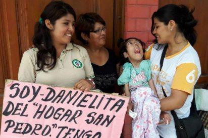 El Papa bautizó en Perú a una niña con parálisis cerebral