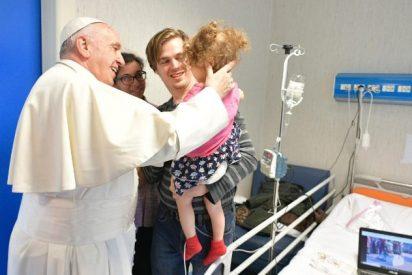 El Papa visita por sorpresa el hospital de niños Bambino Gesù